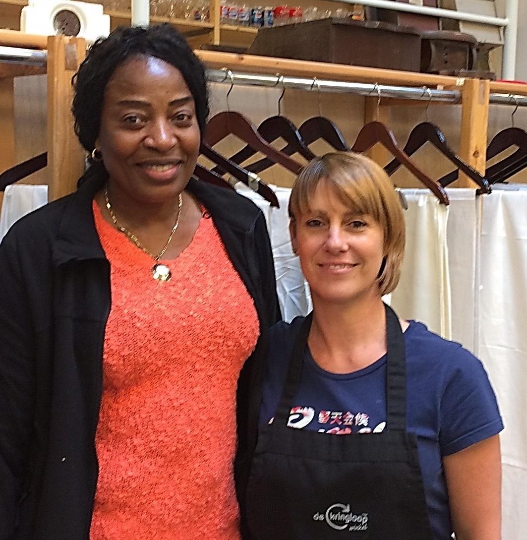 Esther en Darline, textiel-tandem in de kringloopwinkel van Kortrijk